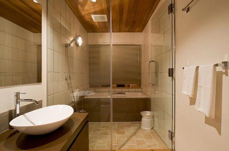 Hana & Jo En-suite Bathroom | Hirafu Izumikyo 2, Niseko | Ministry of Chalets