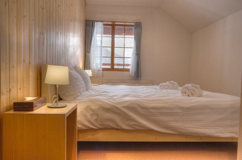 Kisetsu Bedroom with Table Lamp | Hirafu Izumikyo 1, Niseko | Ministry of Chalets