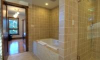 Mangetsu Lodge En-suite Bathroom | Hirafu Izumikyo 3, Niseko | Ministry of Chalets